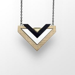 sui_wood_acrylic black_necklace-heart_black chain_1